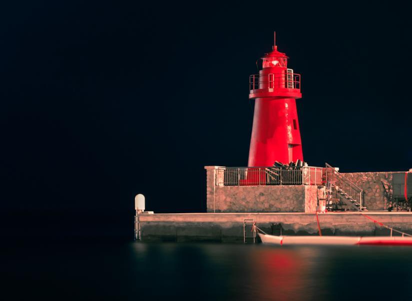Giglio Porto, con il suo faro Rosso