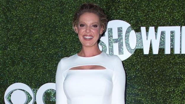 Katherine Heigl sorridente e vestita di bianco in una foto ufficiale