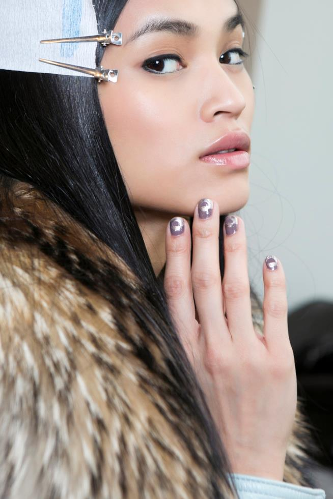 Nail art in gel viola con disegni