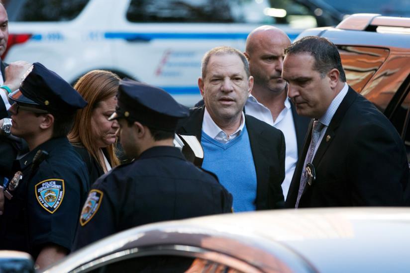 Harvey Weinstein si consegna alla polizia