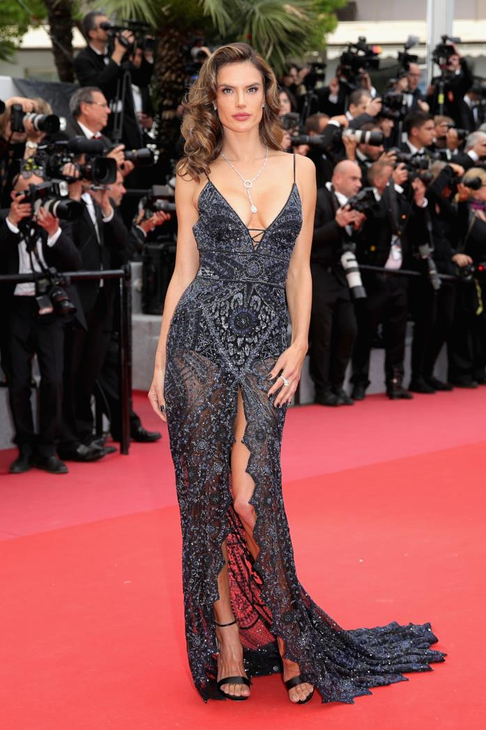 Alessandra Ambrosio sul red carpet con un abito super elegante