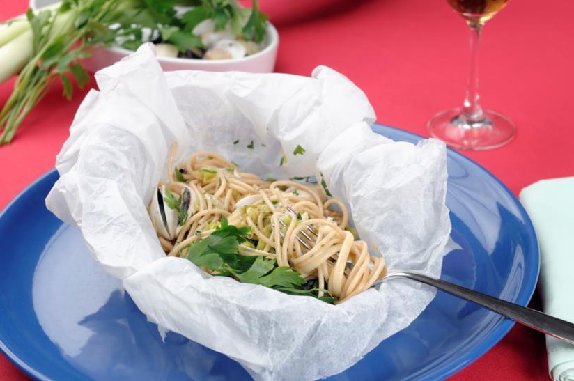 Spaghetti di mare in cartoccio di carta forno