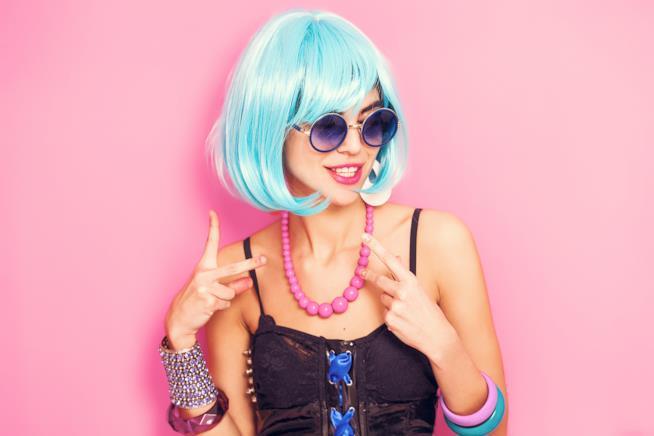 Una modella con il caschetto azzurro