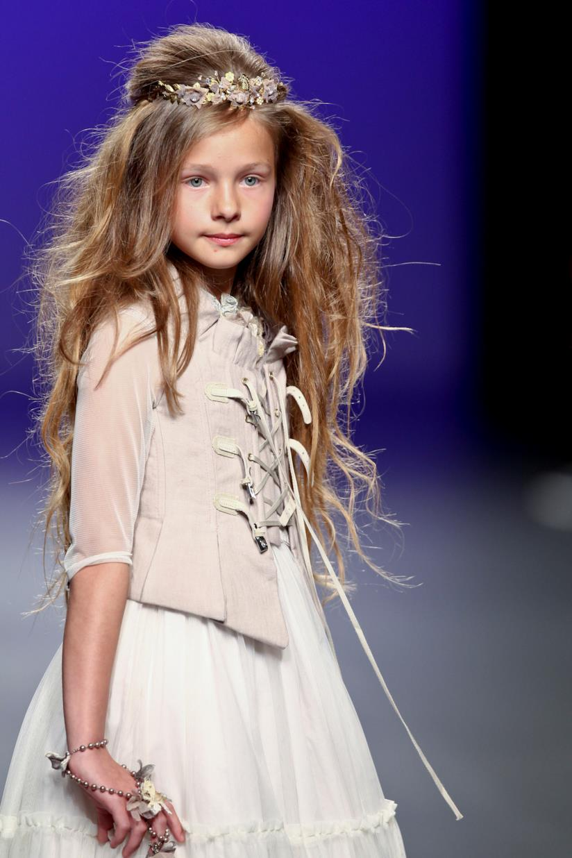 Hairstyle con corona su bambina
