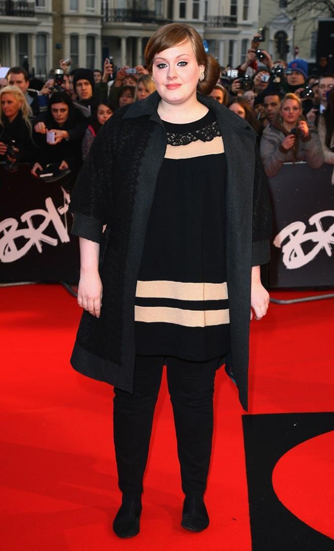 Adele con un abito scuro