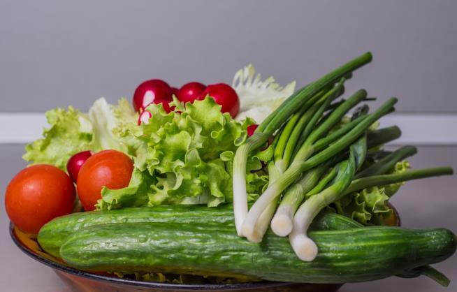 Una ciotola che contiene diversi tipi di verdura.