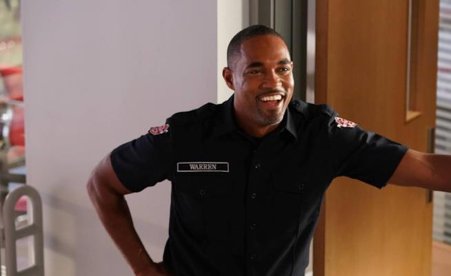Jason George in una scena di Station 19, spin-off di Grey's Anatomy