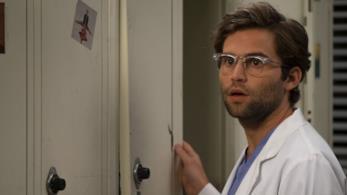 Il Dr. Levi Schmitt in una scena di Grey's Anatomy 15
