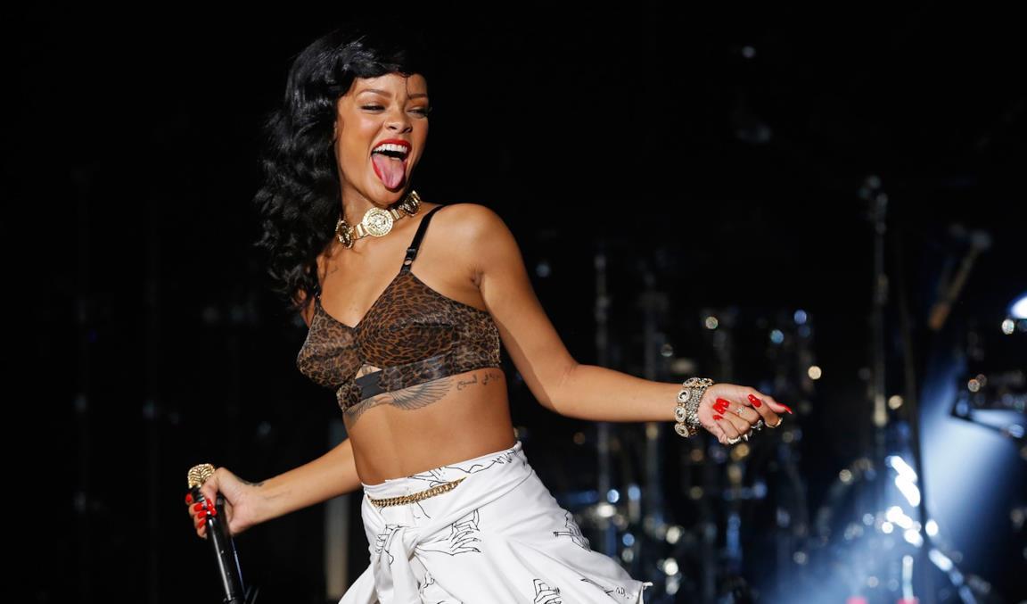 Rihanna sul palco in lingerie