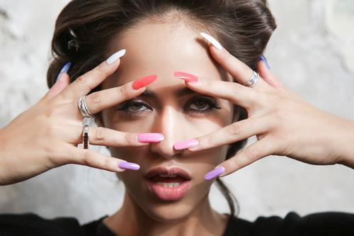 Ragazza con unghie lunghe colorate