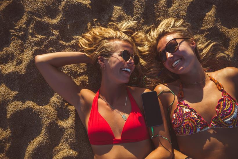 Ragazze su una spiaggia della Spagna