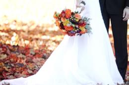 Sposi su un tappeto di foglie