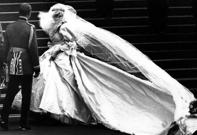 Lady Diana sulle scale della Cattedrale di San Paolo