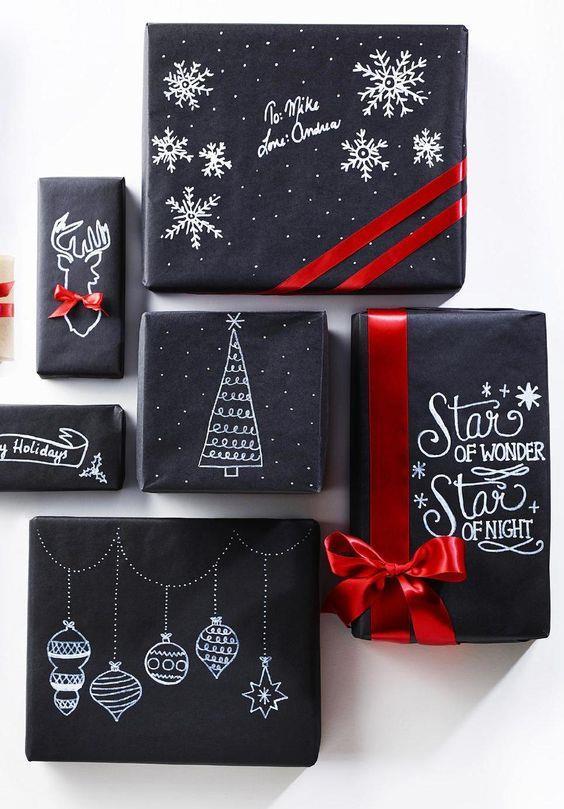 Pacchetti di Natale con carta lavagna disegnata