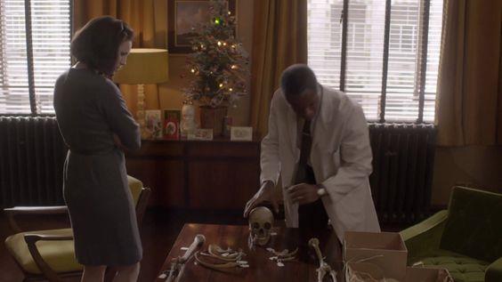 Claire e il collega esaminano uno scheletro centenario
