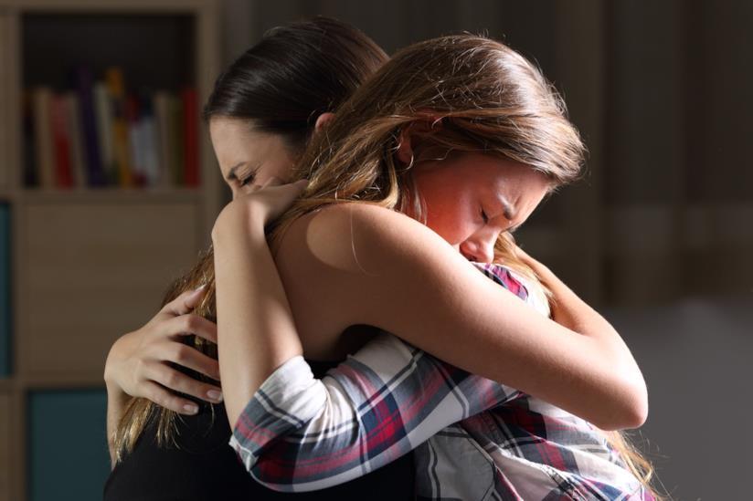 Due ragazze si abbracciano commosse