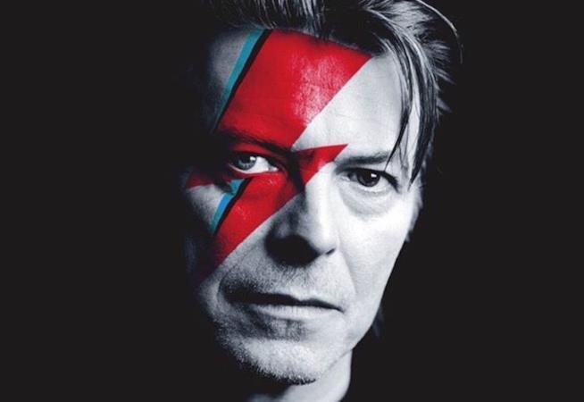 Un primo piano di David Bowie con il famoso fulmine rosso dipinto su metà faccia