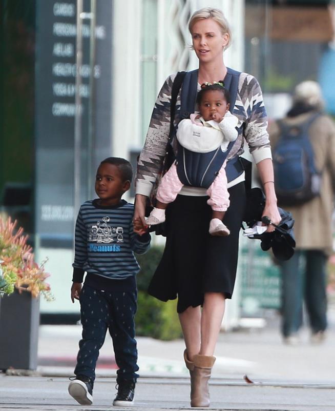 L'attrice Charlize Theron a passeggio con i bambini