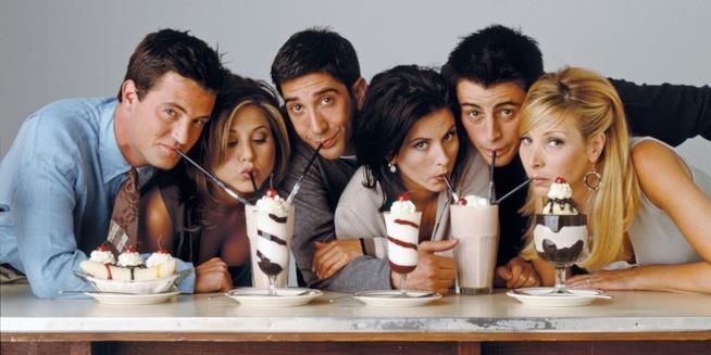 Il cast di Friends davanti alle coppe di gelato