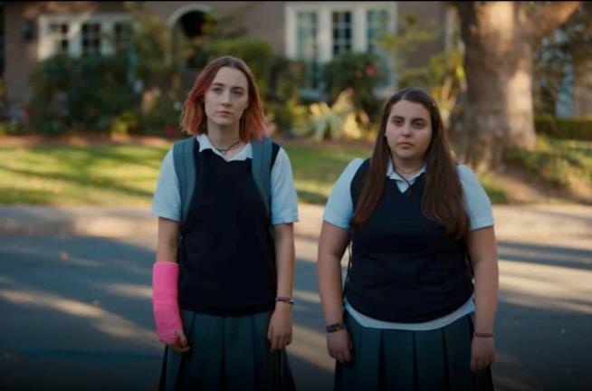 Saoirse Ronan, a sinistra, protagonista del film Lady Bird, qui sul set con Beanie Feldstein