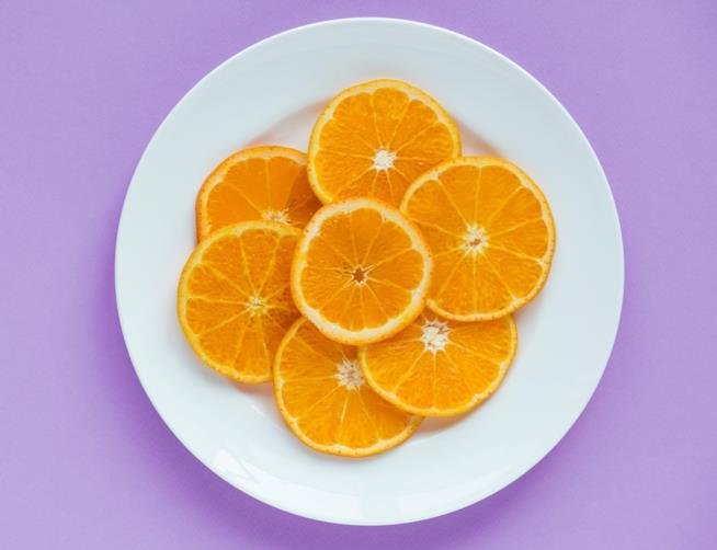 Fette di arance in un piatto