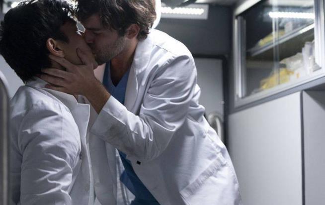 Il bacio tra Nico e Levi in Grey's Anatomy 15x08