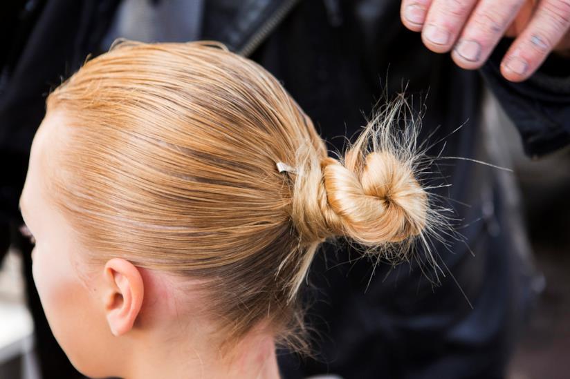 Mini-chignon su capelli biondi e medi