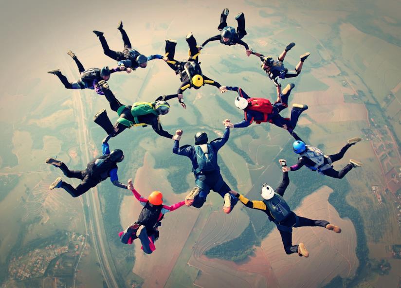Persone che fanno paracadutismo.