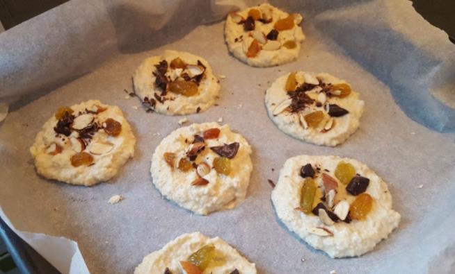 Teglia con biscotti crudi