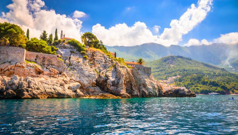 Una costa rocciosa del Montenegro