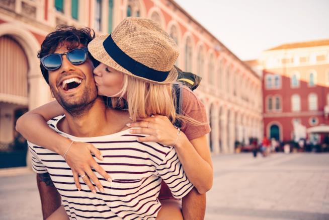 Foto di una coppia felice in vacanza