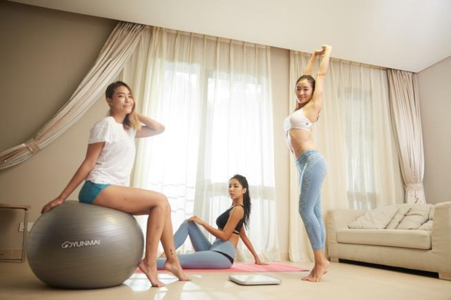 Donne che si allenano a casa