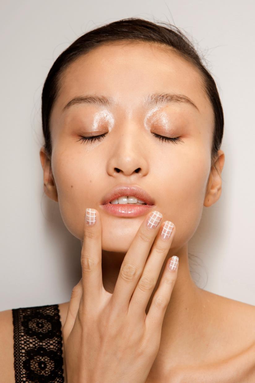 Manicure semplice nude e bianca