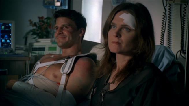 Bones: una scena con Booth e Brennan feriti