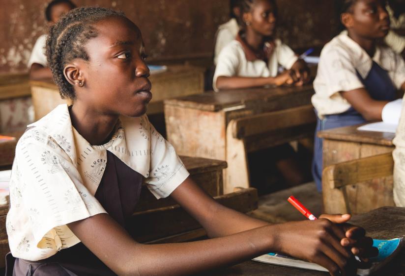 Una studentessa in un villaggio in Africa