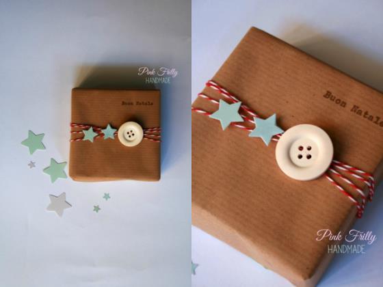 Pacchetto di Natale decorato con i bottoni