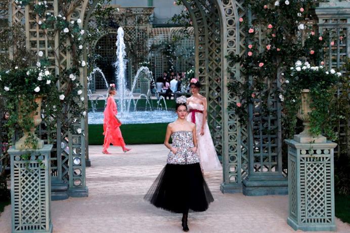 Un'immagine della sfilata Chanel Haute Couture
