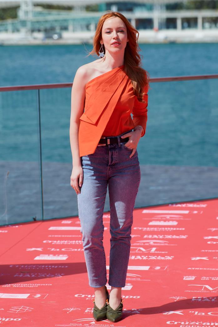 Outfit casual per la sera maglia elaborata arancio con jeans