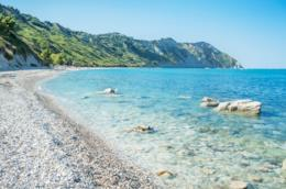 Una spiaggia di ciottoli nelle Marche