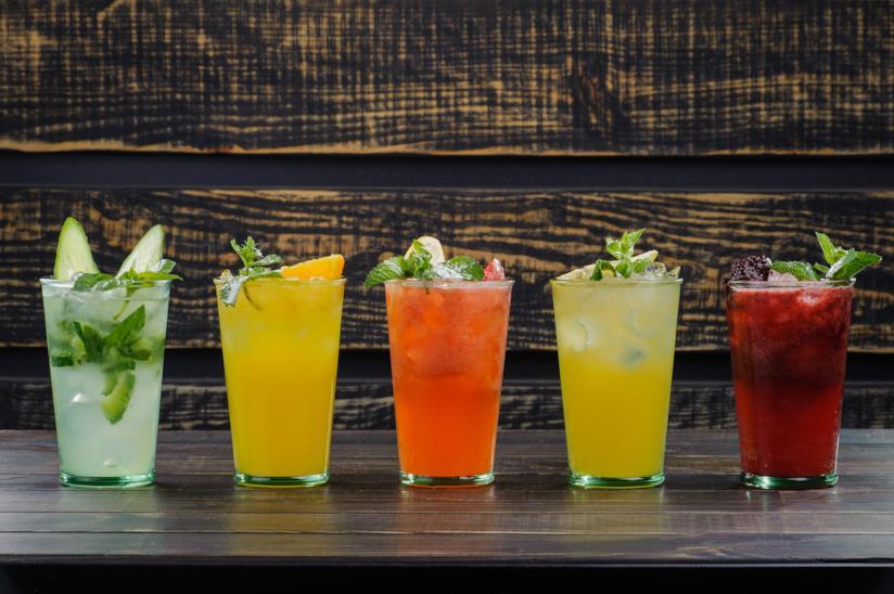 Cinque cocktail in fila colorati e buonissimi