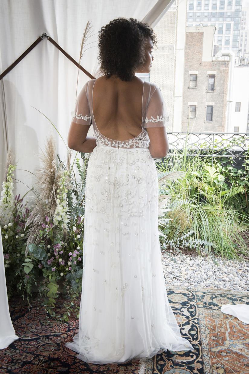 Ragazza di spalle con capelli ricci scuri sposa
