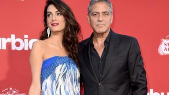 Primo piano di George Clooney e Amal