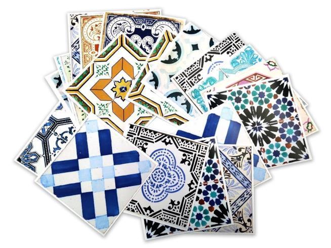 Piastrelle adesive decorate con motivi e colori tradizionali portoghesi
