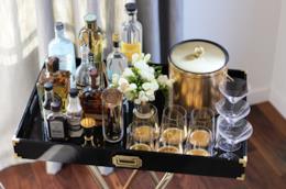 Il tavolino da bar finito con le bottiglie e i bicchieri