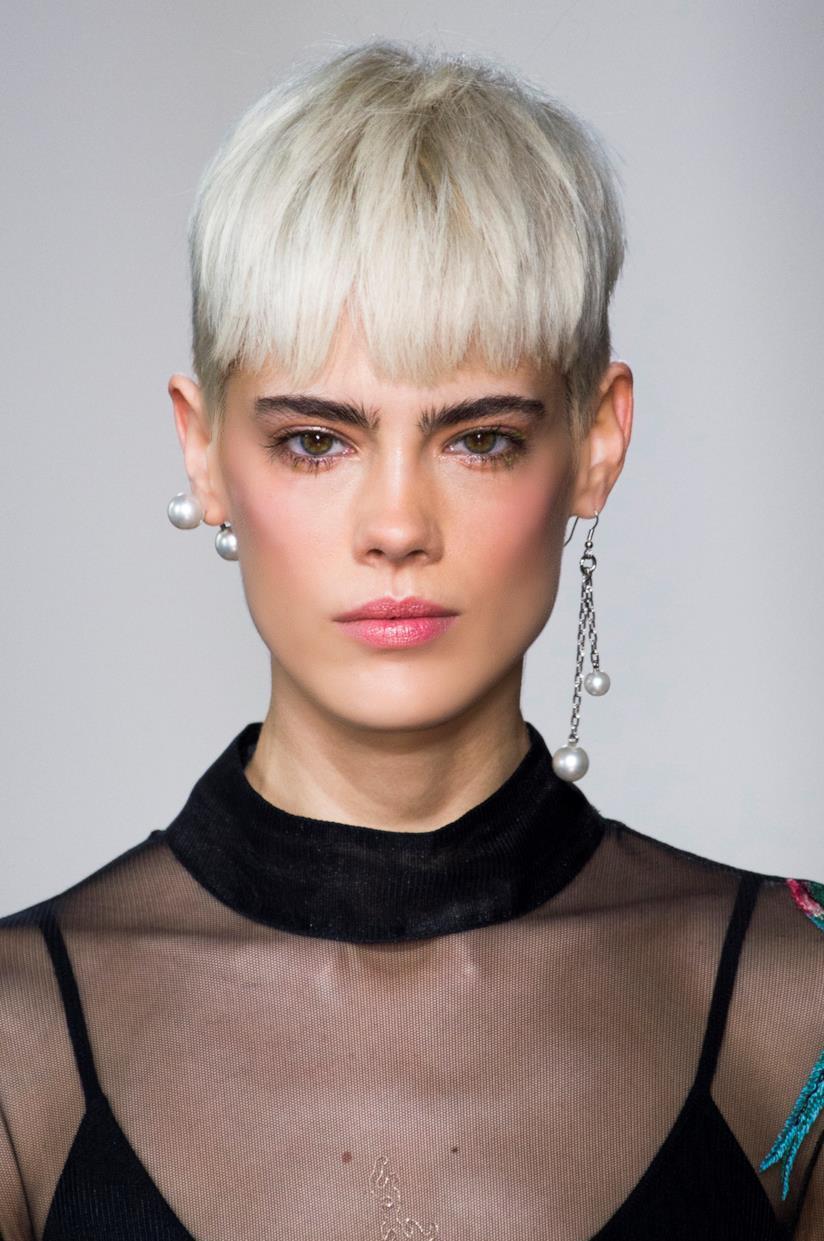 Colore Icy White per i capelli corti