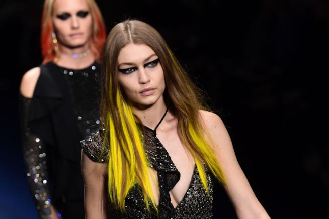 Capelli castani con ciocche gialle per Gigi Hadid nella sfilata Versace Autunno Inverno 2017-2018