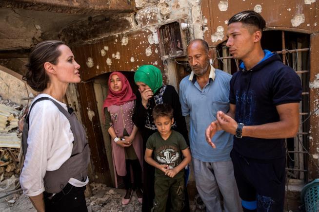 Angelina Jolie in visita presso un campo rifugiati in Iraq