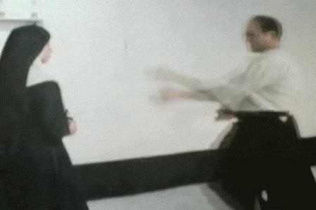 Una suora atterra un uomo in combattimento