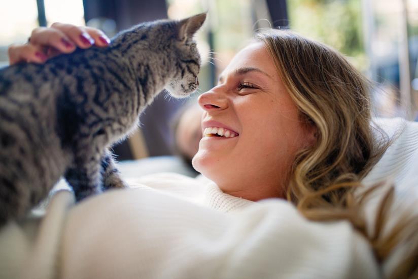 Ragazza sorride al gatto