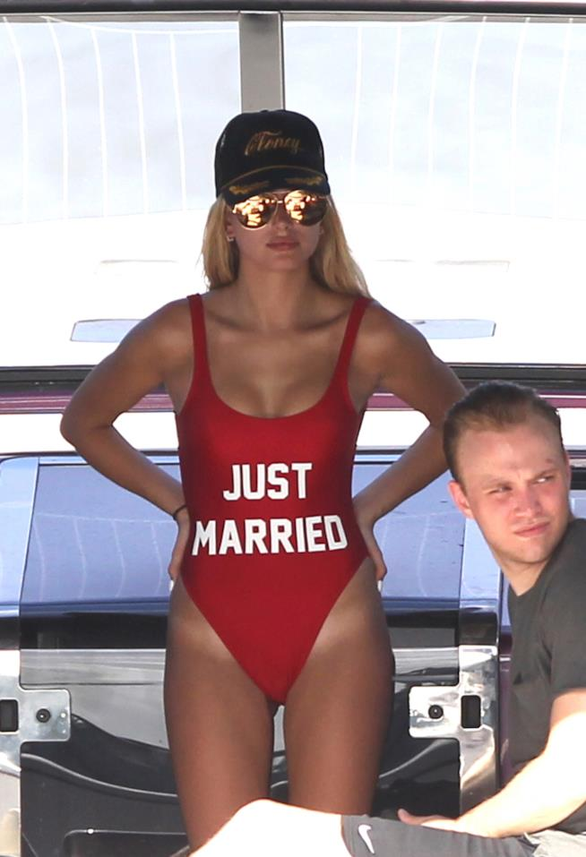 Hailey Baldwin costume Just Married rosso